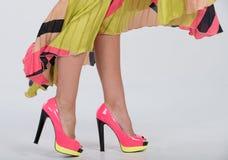 Saltos altos cor-de-rosa à moda com uma guarnição amarela verde Foto de Stock Royalty Free
