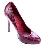 Saltos altos de couro à moda vermelhos isolados no branco Foto de Stock