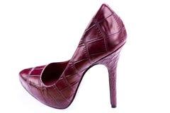 Saltos altos de couro à moda vermelhos isolados no branco Imagem de Stock Royalty Free