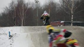 Saltos altos do motocross do inverno vídeos de arquivo