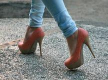 Saltos altos e calças de brim apertadas Fotografia de Stock