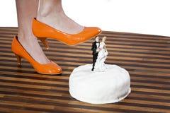 Saltos altos que despedaçam um bolo Imagens de Stock Royalty Free