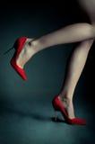 Saltos altos vermelhos nos pés fêmeas bonitos Fotografia de Stock