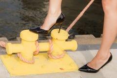 Saltos altos vestindo da mulher, um pé no parafuso foto de stock royalty free