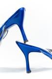 Saltos brilhantes de sapatas azuis Fotos de Stock Royalty Free