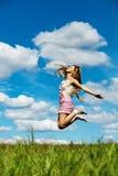 Saltos de altura de la mujer joven Imágenes de archivo libres de regalías