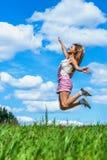 Saltos de altura de la mujer joven Foto de archivo libre de regalías