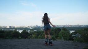 Saltos de Angoo Menina 'sexy' que salta na perspectiva da cidade 4K mo lento vídeos de arquivo