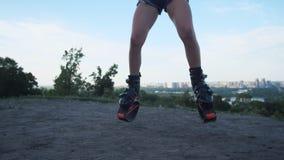 Saltos de salto do angoo Verifique para fora a câmera com as sapatas para ver se há um plano geral 4K mo lento filme