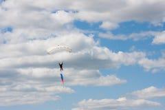 Saltos de um paraquedas Fotografia de Stock Royalty Free