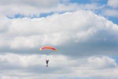 Saltos de um paraquedas Imagens de Stock Royalty Free