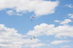 Saltos de um paraquedas Imagens de Stock