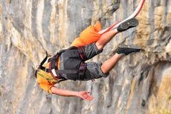 Saltos do tirante com mola como o esporte do extremo e do divertimento Fotos de Stock