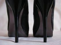 Saltos pretos brilhantes do stilleto Fotos de Stock Royalty Free