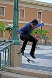 Saltos que hacen patinadores adolescentes Imágenes de archivo libres de regalías