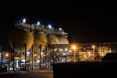 Saltsyrabehållare av raffinaderiet på natten Tessenderlo Fland Royaltyfri Foto