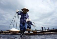 Saltworker tragen Salz mit Schulterpfosten an der Saline Lizenzfreie Stockfotografie