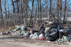 Saltykovka, het Gebied van Moskou, Rusland - April 16 2019: Stapels van huisvuil in plastic bakafval, afvalzakken stortplaats stock foto's