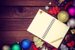 Saluant, carnet de papier blanc avec la décoration de Noël sur le bois Photographie stock