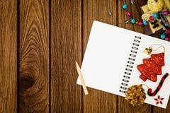 Saluant, carnet de papier blanc avec la décoration de Noël sur le bois Photo libre de droits