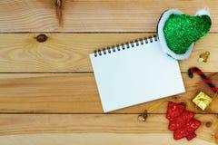 Saluant, carnet de papier blanc avec la décoration de Noël sur le cercueil Photo stock