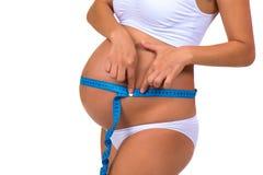 Salud de mujeres embarazadas Panza de medición del tamaño con la cinta del metro Imagen de archivo