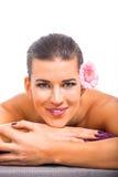 Salud de piedra caliente del masaje de la mujer atractiva joven Imagenes de archivo