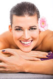 Salud de piedra caliente del masaje de la mujer atractiva joven Fotografía de archivo libre de regalías