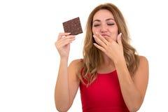 Salud, gente, comida y concepto de la belleza - adolescente sonriente precioso que come el chocolate Imagen de archivo libre de regalías