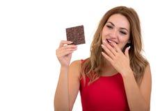 Salud, gente, comida y concepto de la belleza - adolescente sonriente precioso que come el chocolate Imágenes de archivo libres de regalías