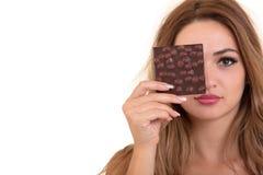 Salud, gente, comida y concepto de la belleza - adolescente sonriente precioso que come el chocolate Foto de archivo libre de regalías