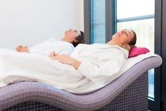 Salud - hombre y mujer que se relajan después de sauna Fotografía de archivo libre de regalías