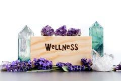 Salud - la palabra quemó en madera con los cristales púrpuras de las flores, de la amatista, del fluorito y de cuarzo de la lavan imágenes de archivo libres de regalías