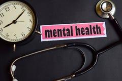 Salud mental en el papel con la inspiración del concepto de la atención sanitaria despertador, estetoscopio negro fotos de archivo