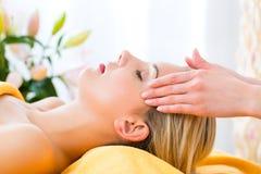 Salud - mujer que consigue el masaje principal en balneario Fotos de archivo
