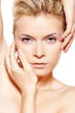 Salud y balneario. Modelo sensual con el maquillaje violeta Fotografía de archivo