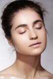 Salud y belleza del balneario Modelo con la piel limpia y el maquillaje natural Fotografía de archivo libre de regalías