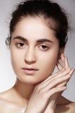 Salud y belleza del balneario Modelo con la piel limpia y el maquillaje natural Foto de archivo