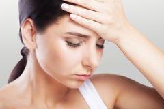 Salud y dolor Mujer joven agotada subrayada que tiene Te fuerte Imagen de archivo