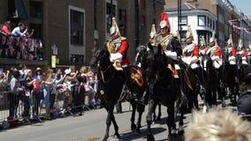 Saludando los guardias reales marchan en calle alrededor de Windsor Castle