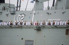 Salude a Australia, el pico ceremonial del ` s del día con las fuerzas de defensa australianas de la marina de guerra en el acora Fotos de archivo libres de regalías