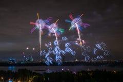 Salude en el final del círculo del festival de la luz en el St Fotos de archivo