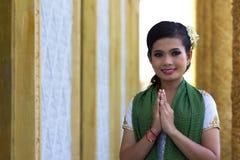 Saludo asiático de la muchacha en templo Imagen de archivo libre de regalías