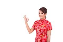 Saludo chino asiático de la muchacha en chino tradicional, Año Nuevo chino Imágenes de archivo libres de regalías