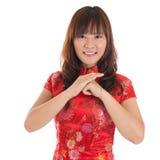 Saludo chino de la muchacha del cheongsam Imagen de archivo