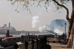 Saludo de arma del cumpleaños de la reina, torre de Londres Fotos de archivo libres de regalías