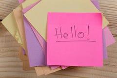 saludo de etiquetas engomadas del concepto con las palabras ' Hello' en fondo de madera fotos de archivo libres de regalías