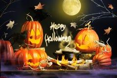 Saludo de Halloween con las calabazas y los ratones esqueléticos fotografía de archivo