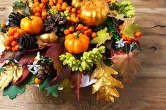 Saludo de la acción de gracias con la calabaza de oro, hojas de otoño, berrie Imagen de archivo libre de regalías