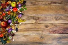 Saludo de la acción de gracias con las flores amarillas y púrpuras Imagen de archivo